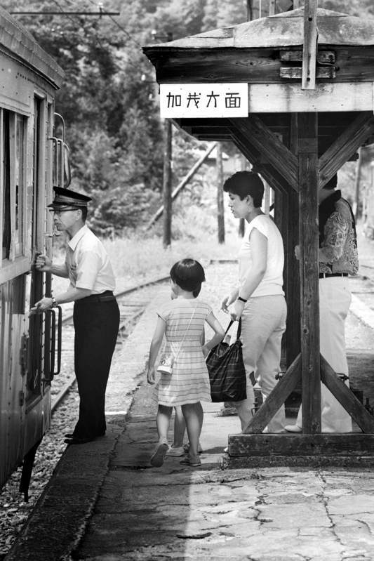 55mmkanbara_17466七谷駅夏のホームと乗客1 原版take1b2