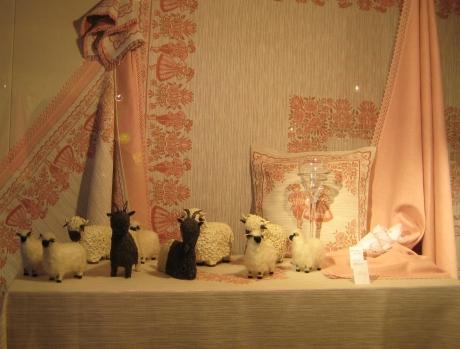 20070706130016 ツエルマットの店の羊と民族衣装の男女