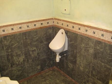 ホテルモンブラン男子トイレ1