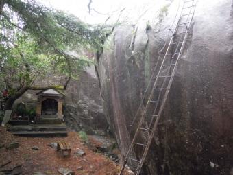 山頂の大岩180316