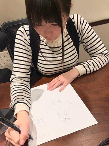 【悲報】声優の竹達彩奈さん、ペンの持ち方がおかしく育ちの悪さが浮き彫りになってしまう・・・・・・
