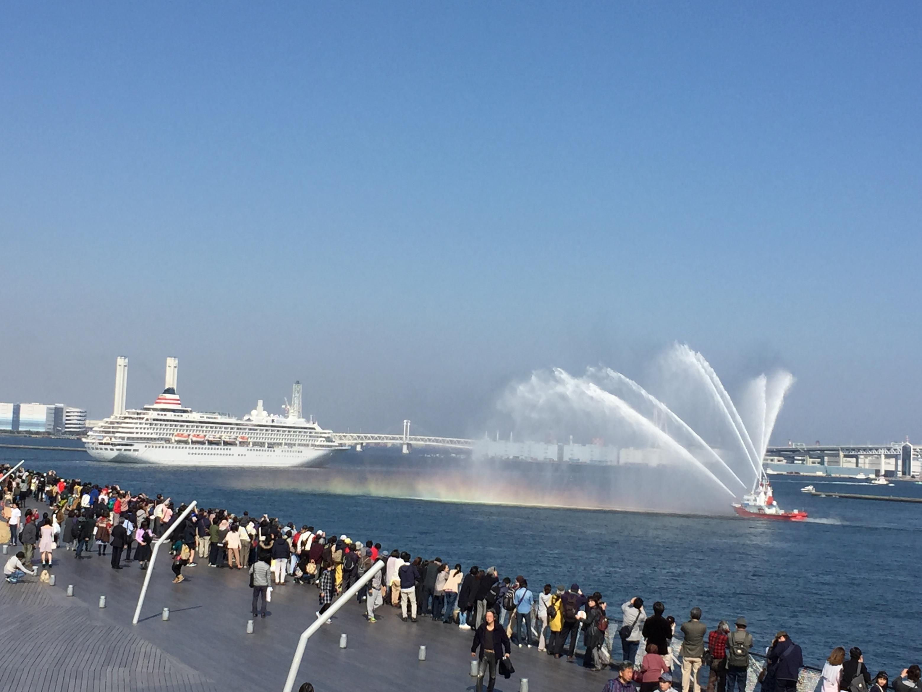 6消防艇の歓送放水