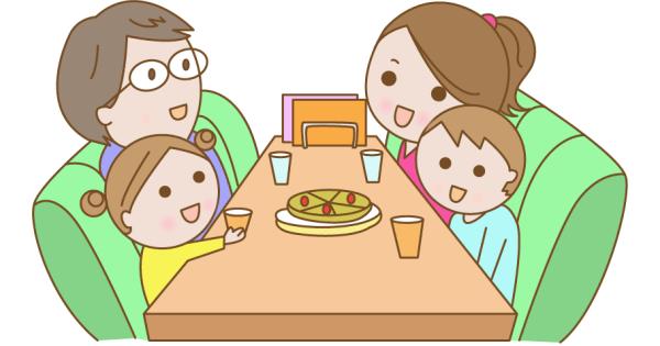 外食を楽しんでいる家族