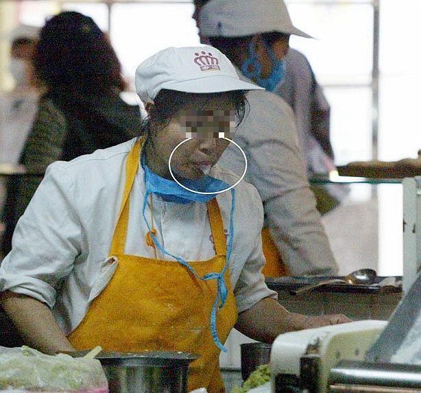 日本向けキムチに痰を吐くチョン女