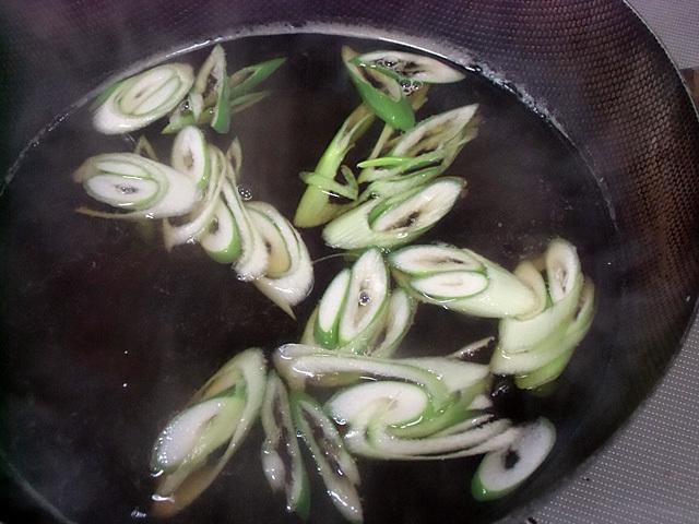 つゆで葱を煮る