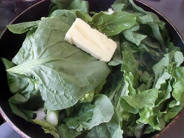 濡れた青菜にバター