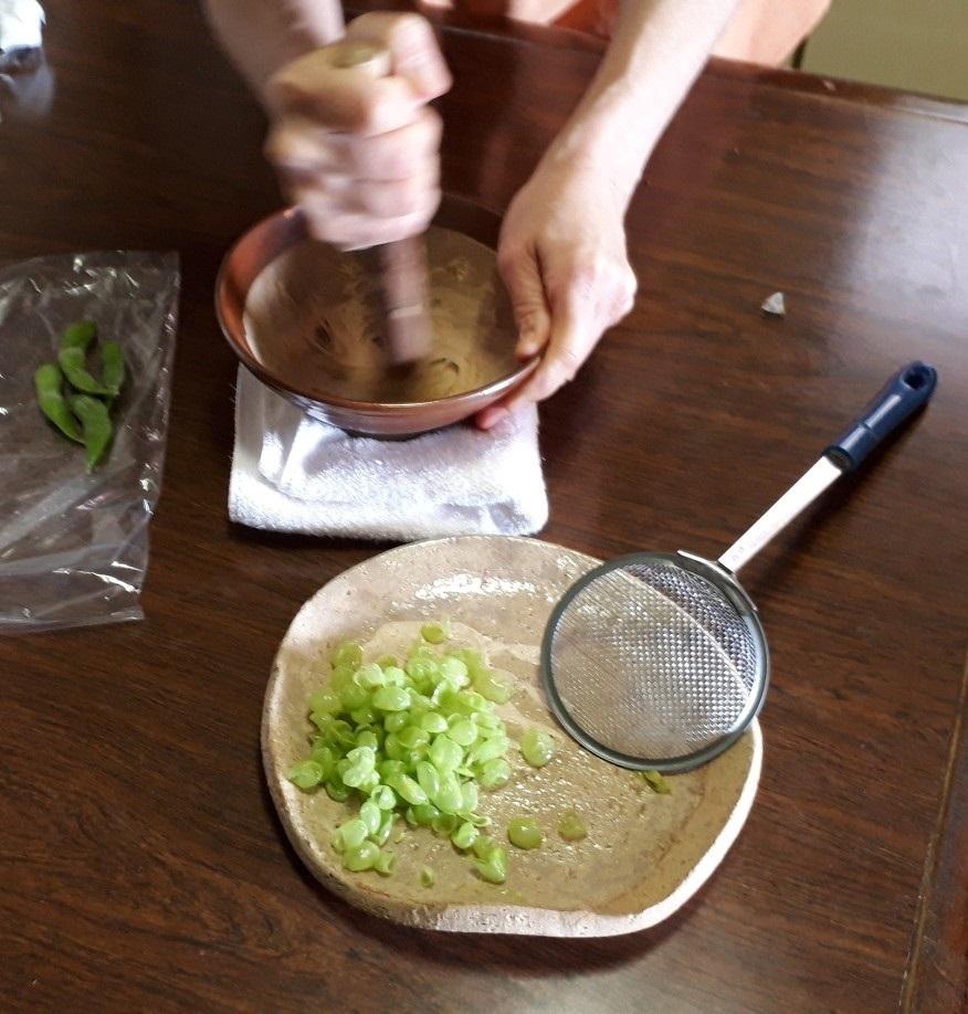 枝豆を磨り潰す