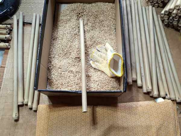 籾殻で竹をクリーニング