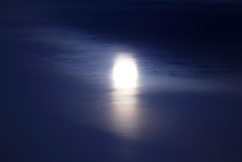 20180331ブルームーンと月光柱