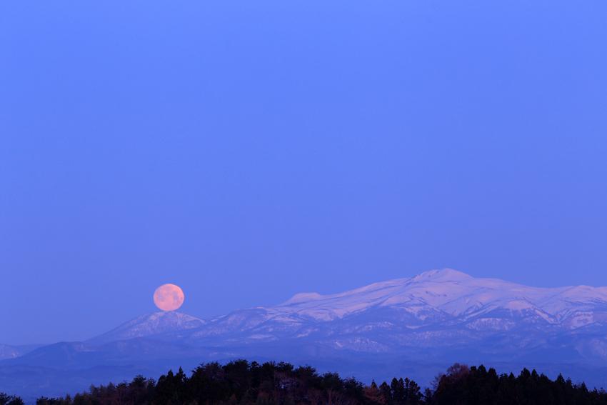 20180331栗駒山と月2