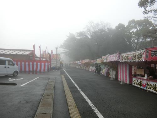 朝の初市の会場も霧が!
