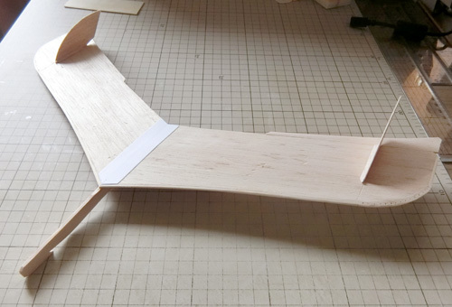 無尾翼機を制作中。