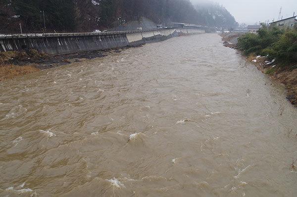 高山市 宮川の雨後の増水