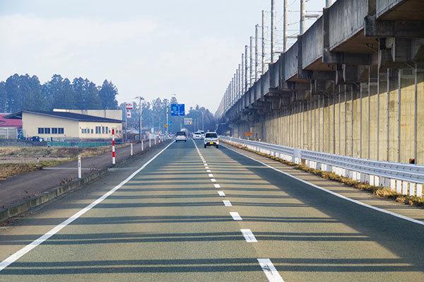 石鳥谷町猪熊の新幹線高架橋の影