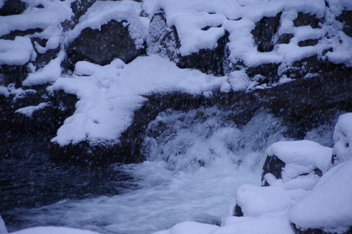氷りつく激流