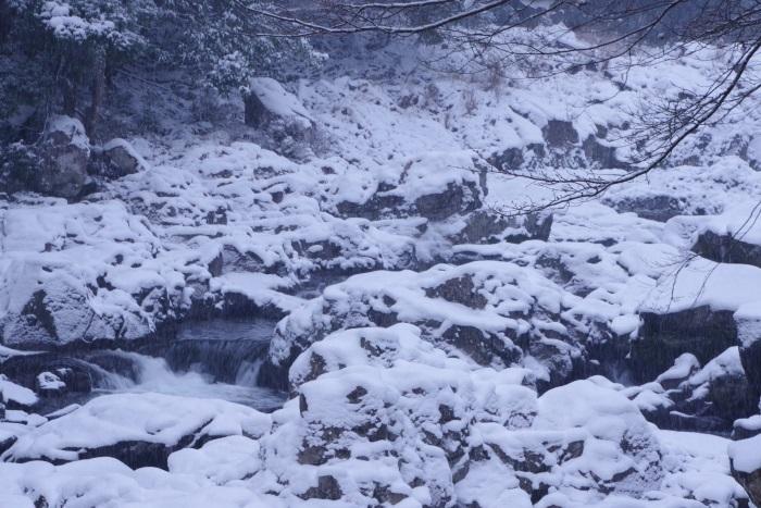 雪に閉じ込められた激流