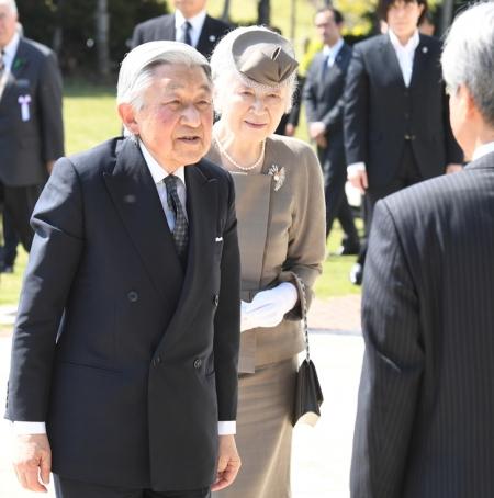 Okinawa-Times_20180328_EmperorEmperess.jpg