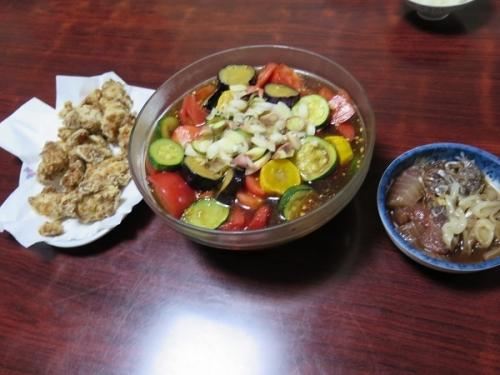 トリ竜田揚げ、夏野菜の揚げびたし、刺身漬け、チューハイ