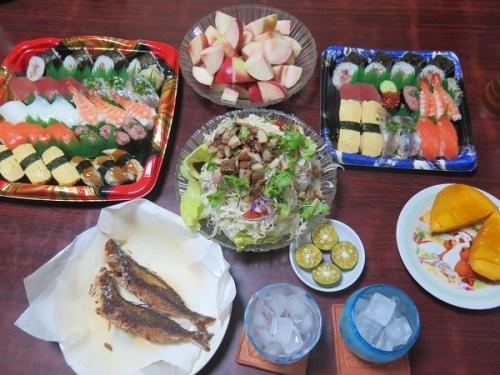 半額寿司、サラダ、桃、グルクン、チューハイ、泡盛
