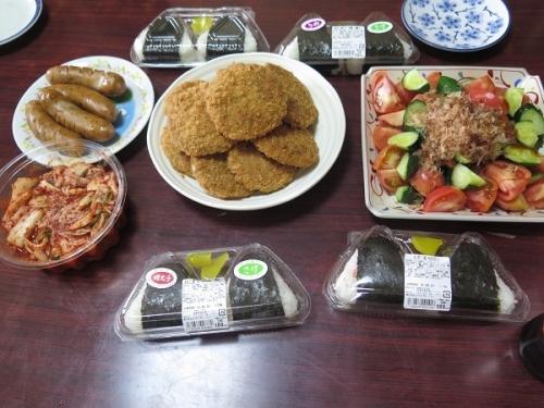 お昼ごはん おにぎり、メンチカツ、ソーセージ、キュウリとトマトのサラダ