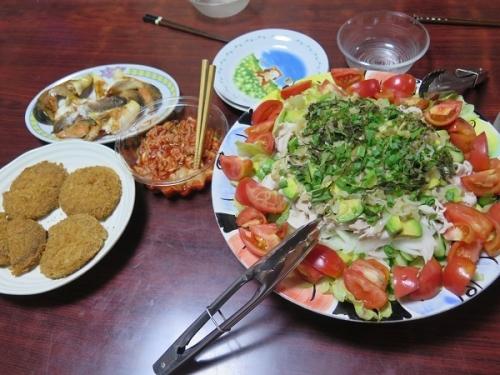 冷しゃぶアボカドサラダ、甘口鮭、メンチカツ残り、キムチ、チューハイ