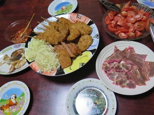 とり串、エビフライ、ハムかつ、鯨ベーコン、トマト