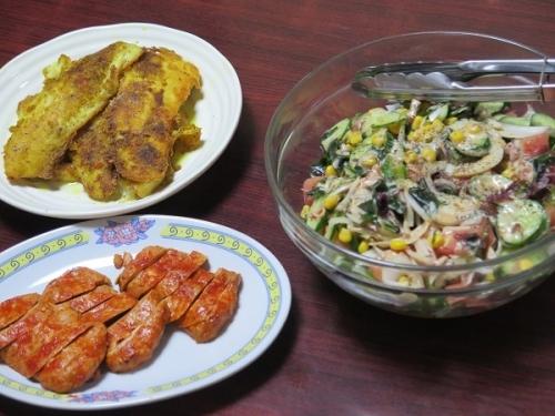 カレイのカレーソテー、カニカマ海草サラダ、タンドリーチキン、チューハイ