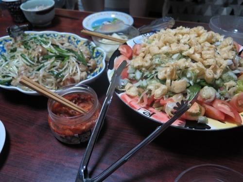 ちくわと揚げいりサラダ、シウマイとモヤシ炒め、キムチ、チューハイ