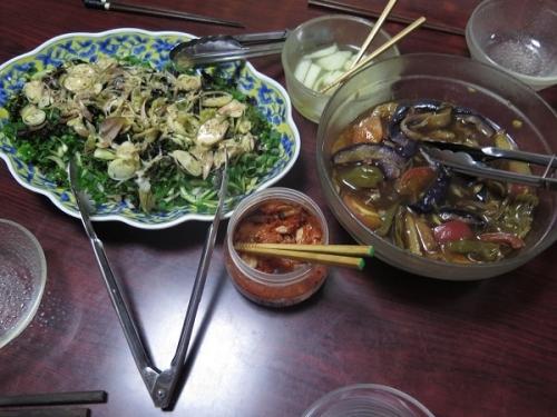 カツオの土佐作りサラダ、夏野菜の揚げびたし、チューハイ
