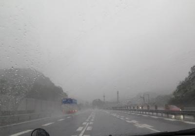 大雨の高速道路
