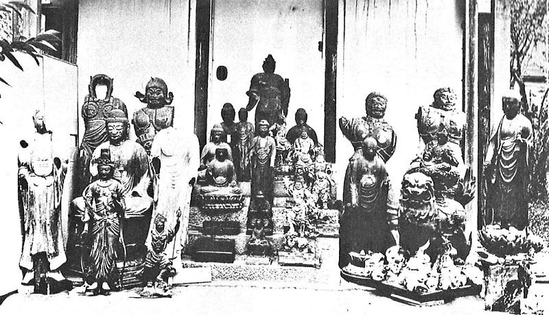 明治39年益田鈍翁への払い下げ仏像の古写真(寺外へ出た3躯の四天王像が写されている)
