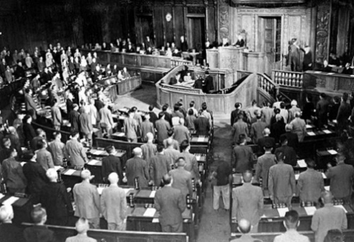 第146記事昭和21年10月7日衆議院で憲法改正案を可決