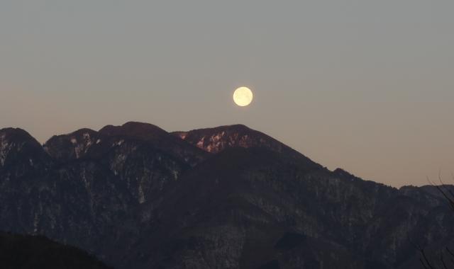 朝焼けに染まる甲斐駒と月-01