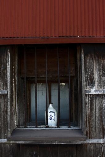 カネモリ醤油の木桶蔵の窓に置かれた醤油徳利