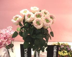 中心が黄緑のピンクのバラ