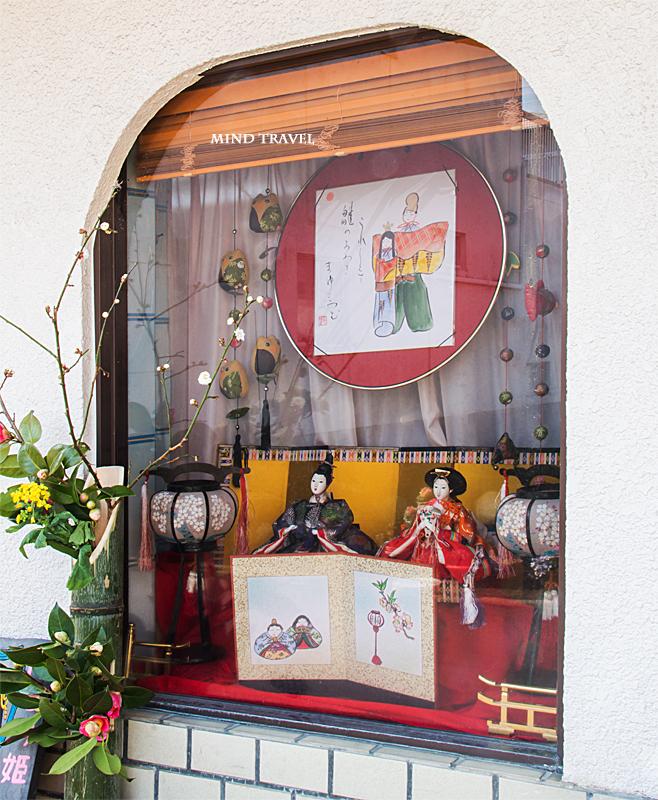 加茂船屋の雛祭 ショーウィンドウに飾られた雛人形