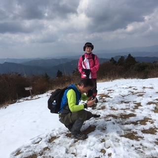 山頂で登山者