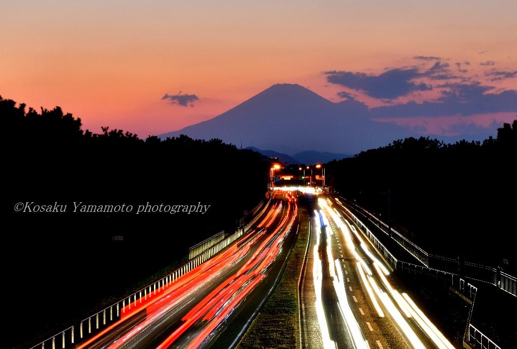 黄昏時の湘南国道 (神奈川県茅ケ崎)