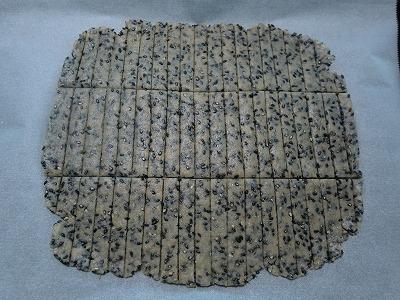 黒ゴマクッキー伸ばしたよ