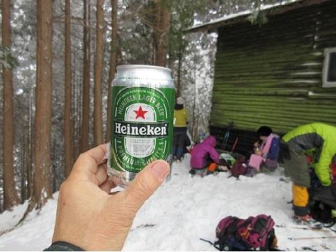 9 避難小屋の側で昼食