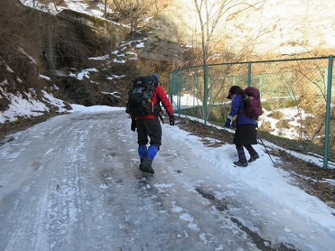 3 登山道は、氷状