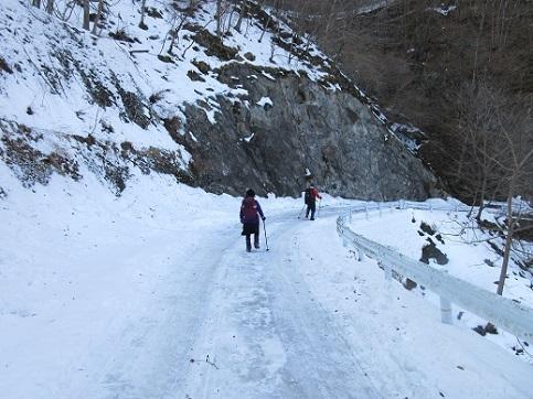 23 下山ルートも凍っています