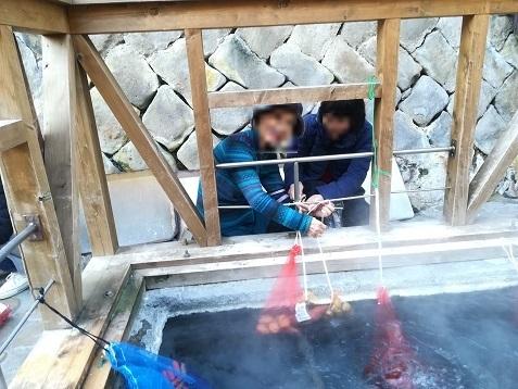 16 湯の峰温泉 温泉玉子を浸ける