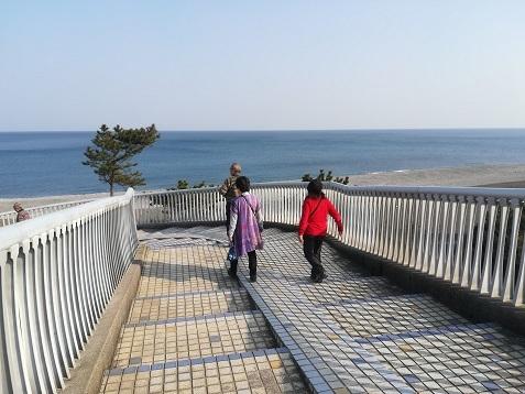 23 熊野灘の海岸で休憩