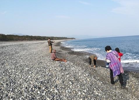24 熊野灘の海岸で休憩