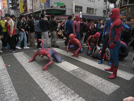 13 スパイダーマンたち・・・中には青色もいます