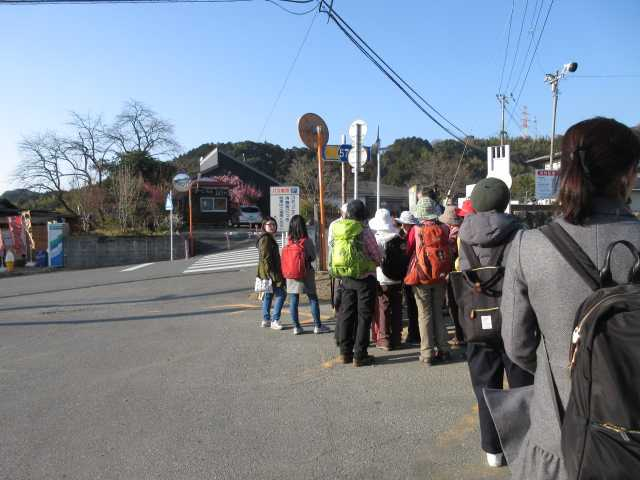 IMG5477JPGまほろばバスを待つ登山者