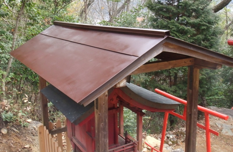 水晶山稲荷神社の屋根の塗装2