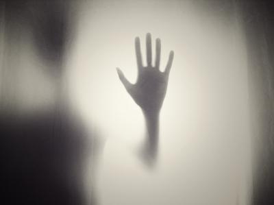【閲覧注意】部屋の壁に謎のシミ。触ってみると湿っていて柔らかく穴が空いた