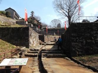 「大手虎口」山頂部本丸入口の石垣
